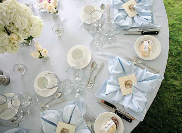 White and light blue accents lend to this country modern décor