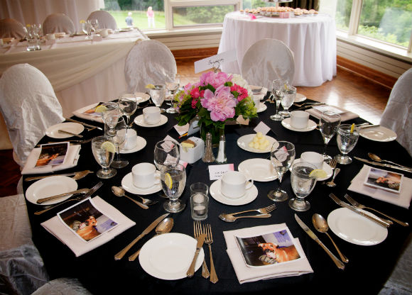 Black and white table décor with pink and red floral accents